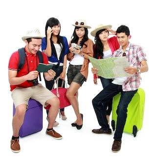 Группа молодых туристов занялась собой