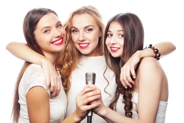 カラオケで楽しんでいる若い女性のグループ