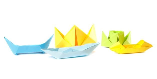 ボートのグループ折り紙フィギュア(白で隔離)