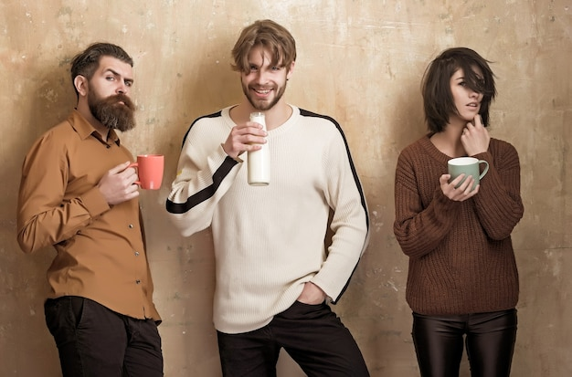 컵에서 우유 또는 요구르트를 마시고 베이지 색 벽 우정 친구 건강한 라이프 스타일에 병에서 웃는 남자 그룹 사람들