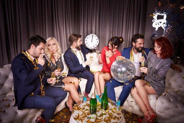 Gruppo di persone alla festa di capodanno