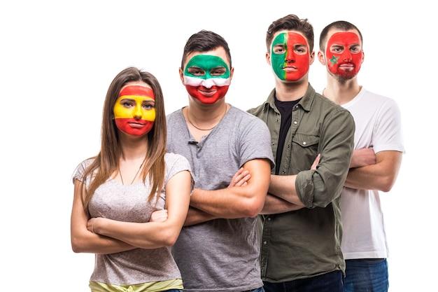 Gruppo di persone sostenitori fan delle squadre nazionali dipinte faccia bandiera del portogallo, spagna, marocco, iran. fans le emozioni.