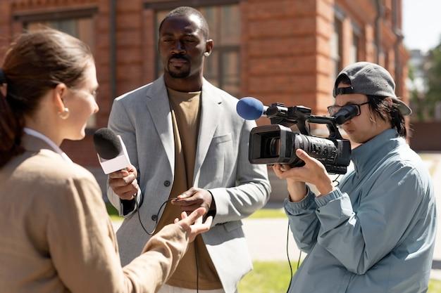 Gruppo di persone che fanno un'intervista all'aperto