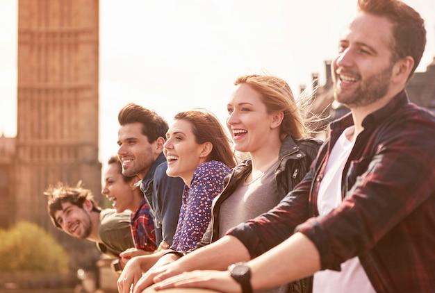 Gruppo di persone sul ponte westminister
