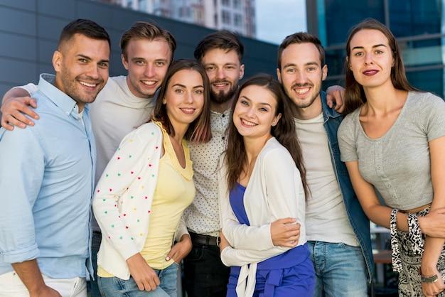 Групповое фото друзей на вечеринке