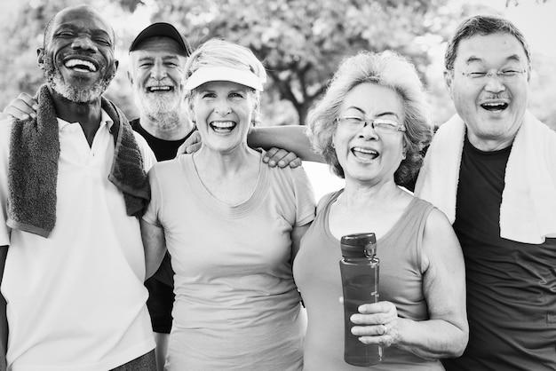 Foto di gruppo di amici anziani che si allenano insieme