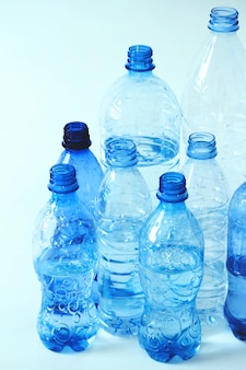 Gruppo di bottiglie di plastica