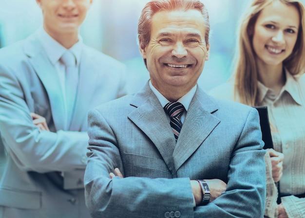 カメラを自信を持って見ているプロのビジネスチームのグループの肖像画