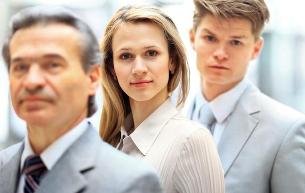 Групповой портрет профессиональной бизнес-команды, уверенно смотрящей в камеру