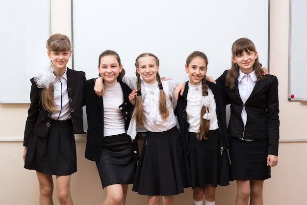 칠판 근처 행복 한 학생의 그룹 초상화