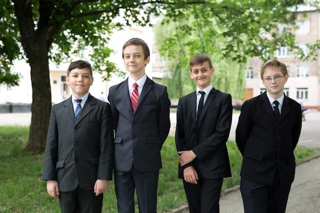 幸せな小学生のグループの肖像画