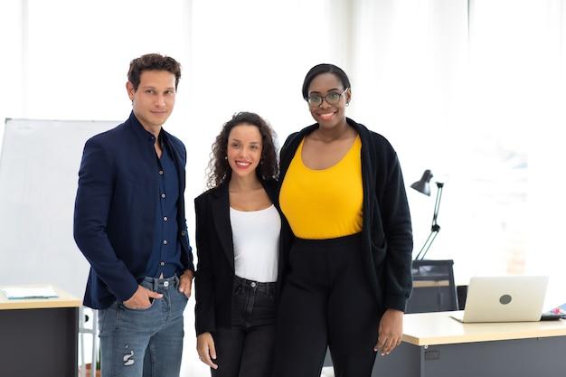그룹 초상화 젊은 현대 사무실에서 창조적 인 아프리카 계 미국인 여성과 히스패닉 남자를 시작