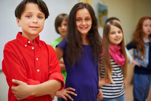 Gruppo di alunni in piedi accanto alla lavagna