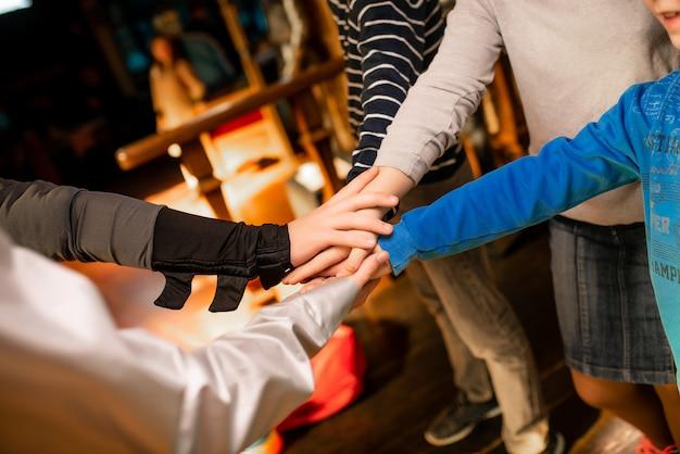 グループはお互いに手を置いた
