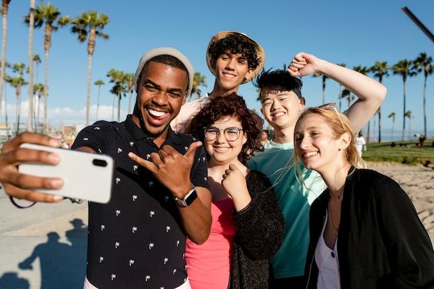親友のグループショット、ロサンゼルスのベニスビーチでの夏 Premium写真