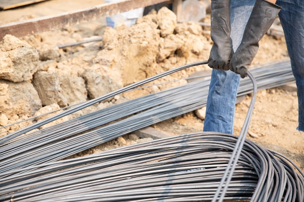 A group of steel rod tight by chain and lift up at construction site