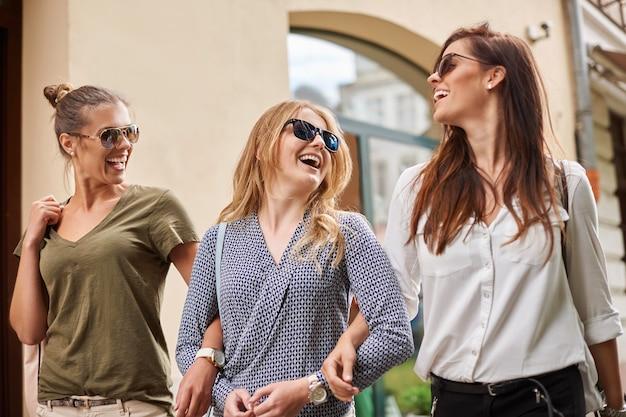 Gruppo di donne alla moda che godono della città