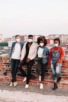 Gruppo di adolescenti in posa all'aperto