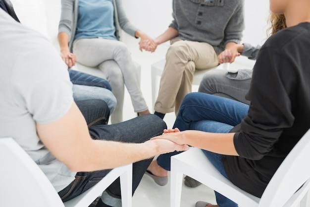원에 앉아 세션에서 그룹 치료