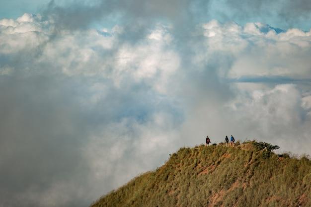Un gruppo di turisti cammina in montagna. bali