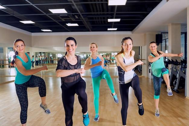 체육관에서 여자의 그룹 훈련