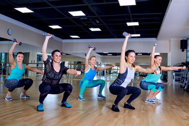 Групповая тренировка девушек в спортзале