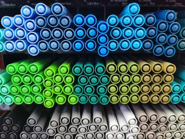 Групповой вид красочных ручек в холодных тонах.
