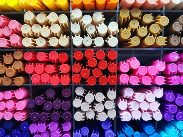 暖色系のカラフルなペンのグループ ビュー。