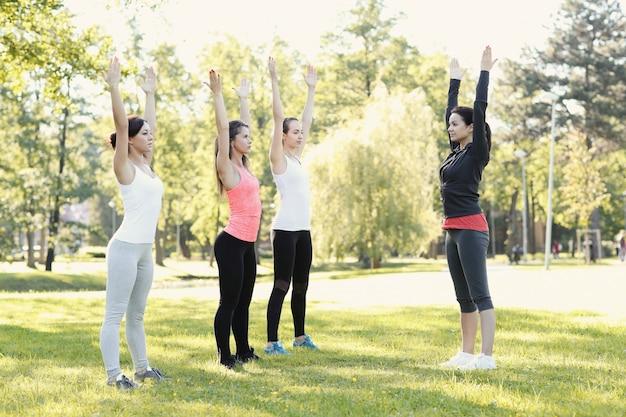 Gruppo di donne che fanno sport all'aperto