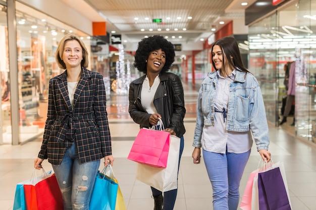 Gruppo di donne shopping felice insieme