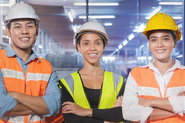직장에서 일하는 자신감과 성공 사람들과 함께 서 있는 그룹 작업자 공장 남녀