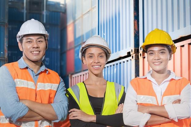 그룹 작업자 공장 젊은 남녀가 자신감과 성공으로 서 있습니다.