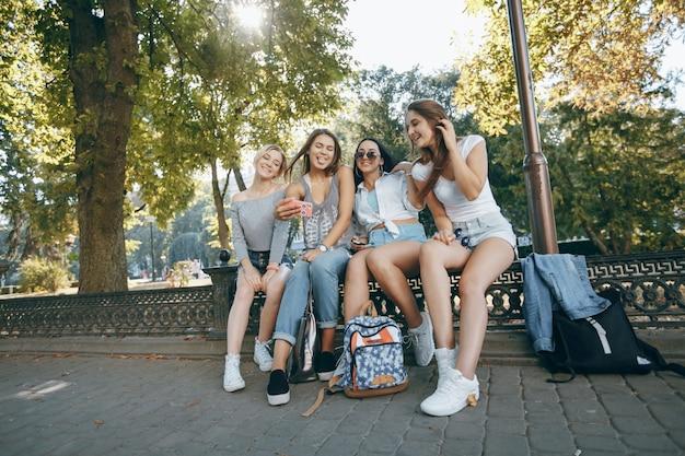 그룹 젊은 배낭 청소년 여성
