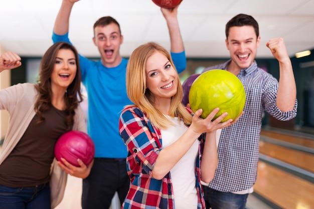 Gruppo di giovani amici al bowling