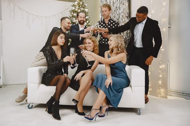 Gruppo di giovani che celebrano il nuovo anno. gli amici bevono champagne. Foto Gratuite