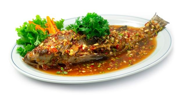 Морской окунь со сладким соусом чили комбинация китайских блюд в стиле тайфуд, вид сбоку