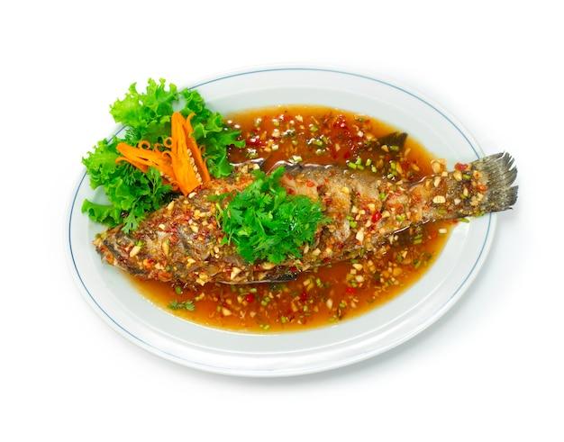 Морской окунь со сладким соусом чили комбинация китайской кухни в стиле тайфуд вид сверху
