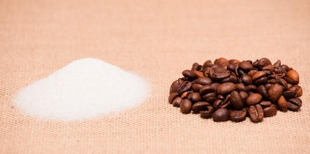 Группы сахара и кофе, на ткани из рафии