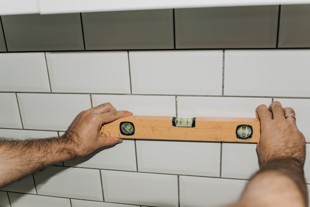 Grouting tiles in the kitchen. repair