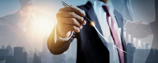 ビジネスファイナンス技術と投資トレーディングトレーダー投資家の成長。株式市場投資ファンドとデジタル資産。外国為替取引グラフの金融マーケティングデータを分析するビジネスマン。