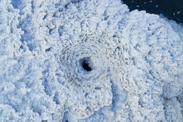 成長する白い塩の結晶、バスクンチャク生理食塩水