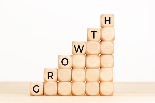 Концепция роста. текст в деревянных кубиках на столе.