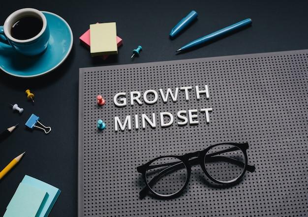 Текст мышления роста на цветном фоне. концепции вдохновения и мотивации.