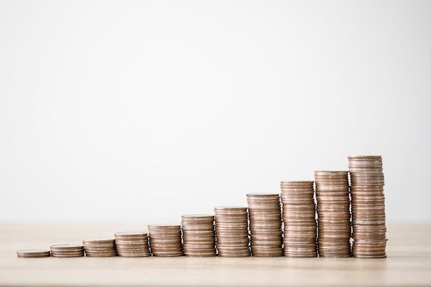Рост монет укладки с увеличением белой стрелкой. концепция роста инвестиций, дивидендов, бизнеса и прибыли.