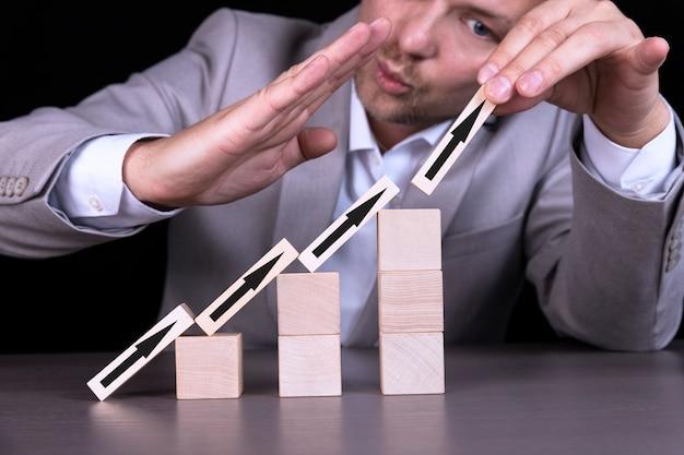 木製の立方体の成長またはビジネスコンセプト Premium写真