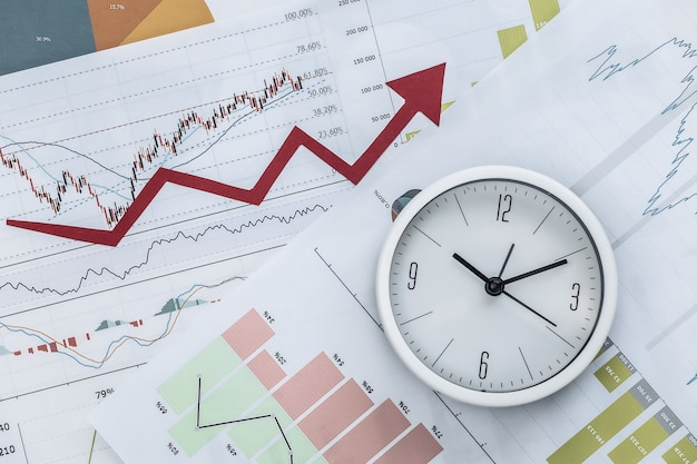 成長の上向き矢印、グラフとチャート、時計。経済、ビジネスの成功