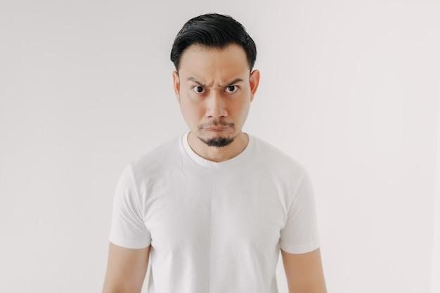 흰색 배경에 고립 된 흰색 tshirt에서 심 술 얼굴 남자