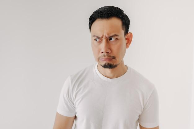흰색 배경에 고립 된 흰색 티셔츠에 심술 얼굴 남자