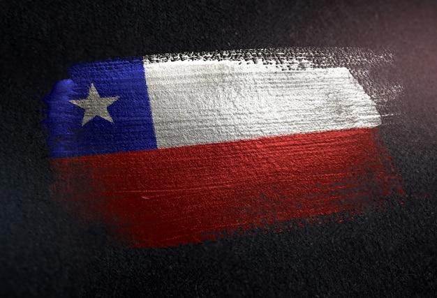Grunge dark wallのメタリックブラシペイントで作られたチリの旗