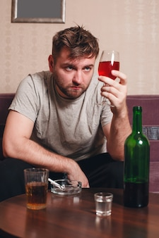 アルコールのガラスとグランジ男